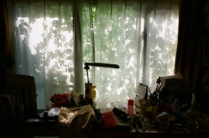 朝の机と窓